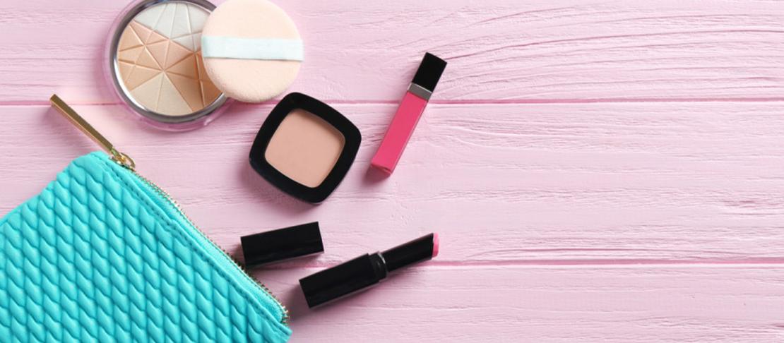 Il make up da borsetta essenziale da portare con te