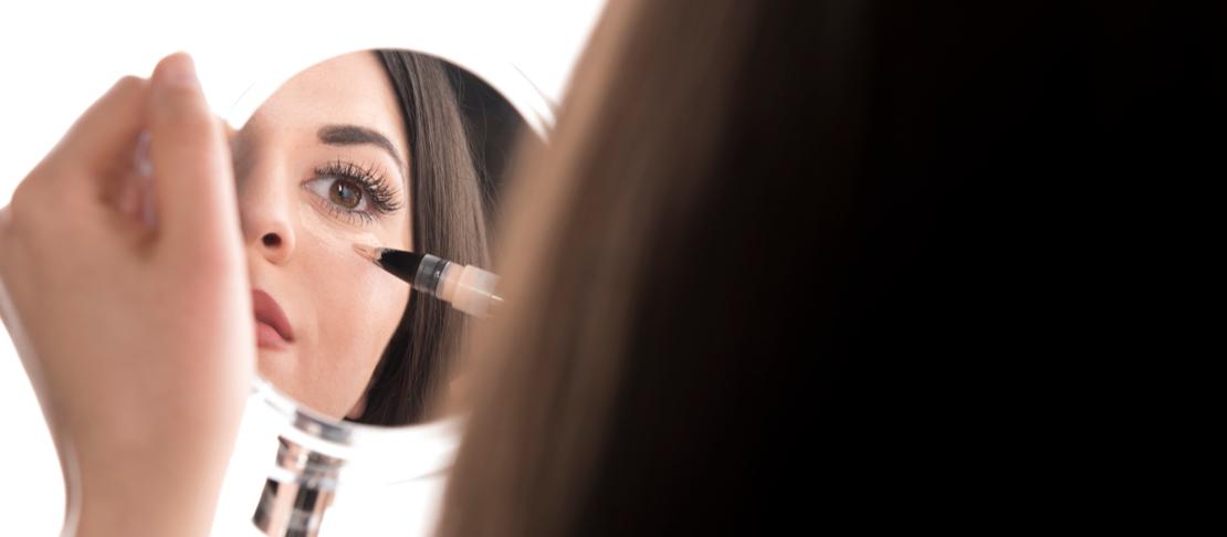 Come nascondere le macchie scure con il make up